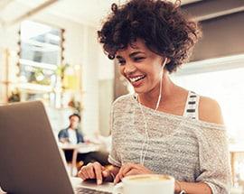 Lachende vrouw achter laptop