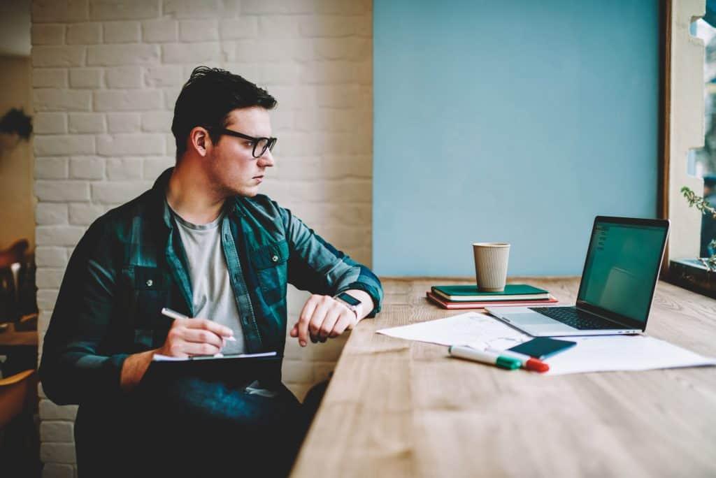 Man volgt training achter laptop