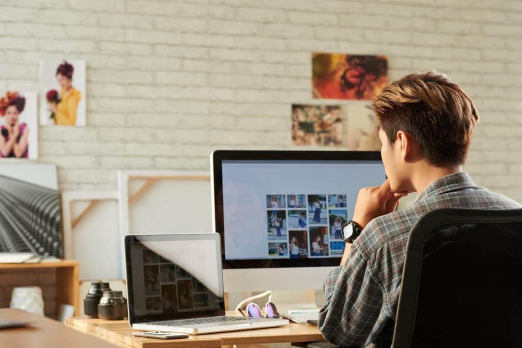 Stockfoto uitzoeken op laptop